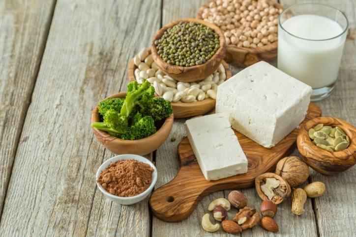 aliments riches en protéines végétales assemblés sur une table en bois